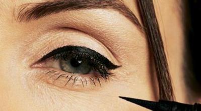Frustrasi bikin eyeliner? pakai 3 benda ini untuk membantu mu!