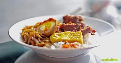 Mencoba Nasi Campur Terkenal di Surabaya