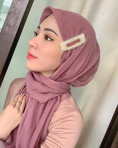 Trend Hijab Kekinian: Gaya Jepit Jennie alias Pashmina Jepit, Pakai yuk!