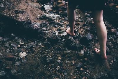 Alasan di Balik Pentingnya Berjalan Tanpa Alas Kaki serta Bahayanya